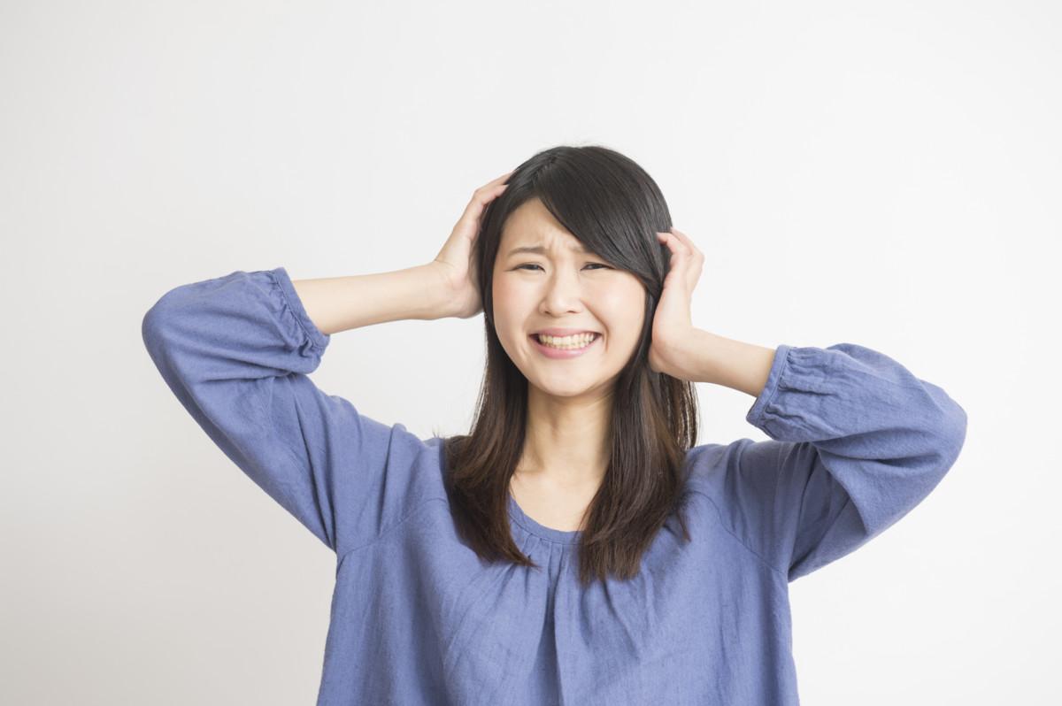 生理後の頭痛の原因って?吐き気を伴う偏頭痛の場合は?体験談や症状と予防法・解消法まとめ [ママリ]
