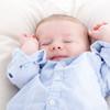 赤ちゃんが手足バタバタで寝ない、泣く!息荒くうなる新生児をどう落ち着かせる?