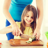 1歳で包丁デビュー!?子供の自立心を育てると話題の台所育児とは?