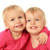 一卵性双生児とは?妊娠の確率と仕組み、DNAや性別の関係性まとめ