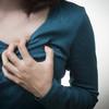 胸の張りの原因は妊娠超初期症状?生理前の症状との違いも解説