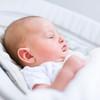 新生児の寝かしつけのコツは?乳児が夜寝ない原因と対策、注意点まとめ