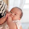 新生児の黄色い嘔吐や吐き戻しの原因って?腸閉塞や幽門狭窄症、髄膜炎の可能性も?症状と対処法まとめ