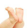 「赤ちゃんが足を舐めるのはなぜ?」赤ちゃんの不思議な行動の意味を専門家が答えます。