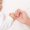 寝かしつけの時間は、ママの癒しのカラオケタイム♪子供が寝てくれる子守唄10選