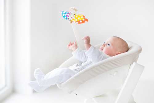 ベッドメリーで遊ぶ赤ちゃん