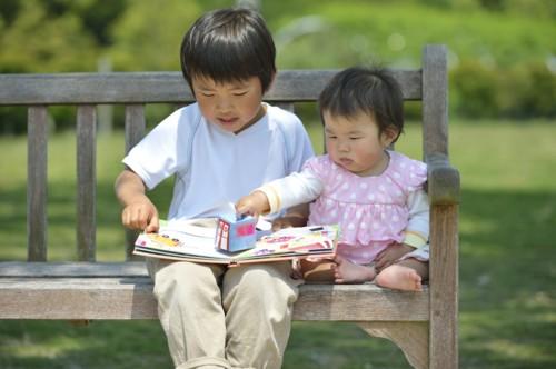 林明子さん作品を楽しむ子供たち