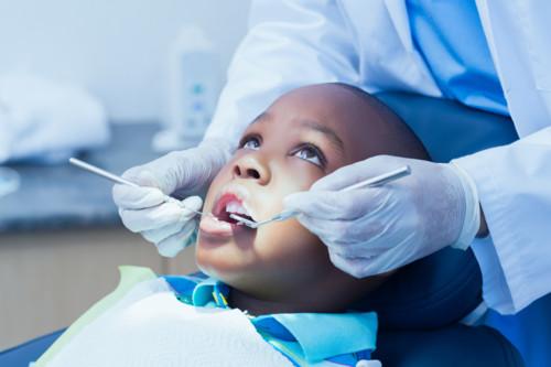 歯科医に見てもらう子供