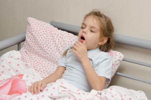 咳で苦しむ子供