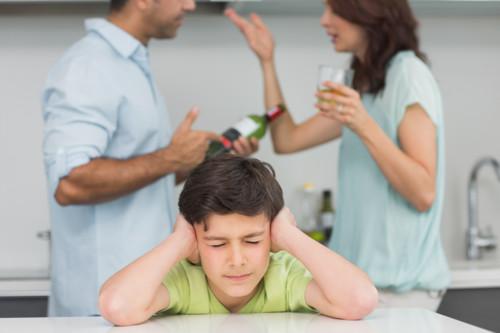 夫婦喧嘩にストレスを感じている子供
