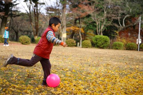 子供がボール遊びしている様子