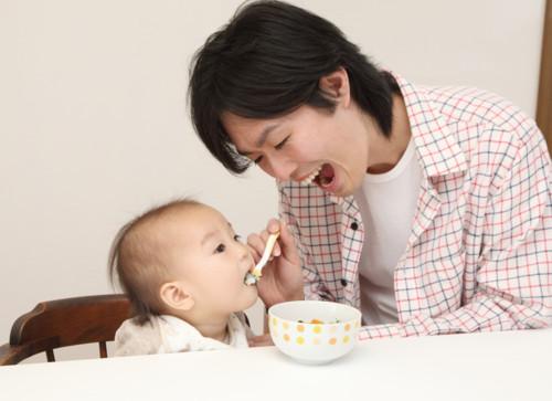 子供に食事をさせる男性