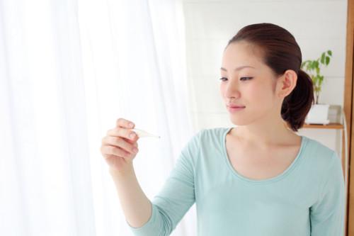 基礎体温を測る女性