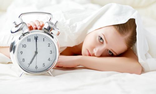 朝のベッドの中にいる女性