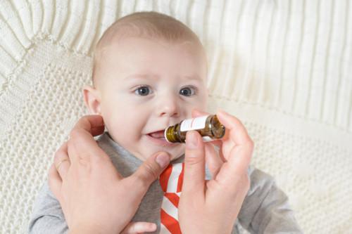 薬を飲む赤ちゃん