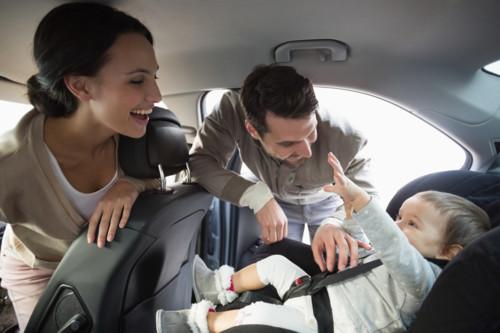 車の中で楽しむ赤ちゃん