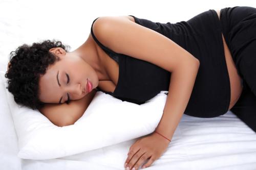 横に寝る妊婦