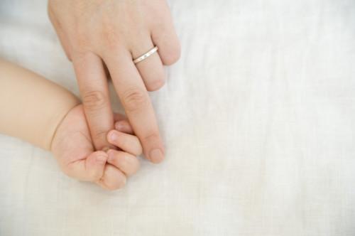 赤ちゃんと大人の手