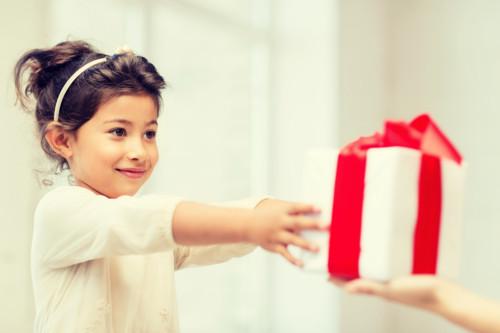 プレゼントを受ける子供