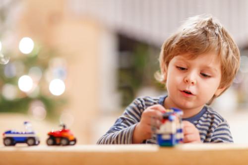 おもちゃで遊んでいる子供