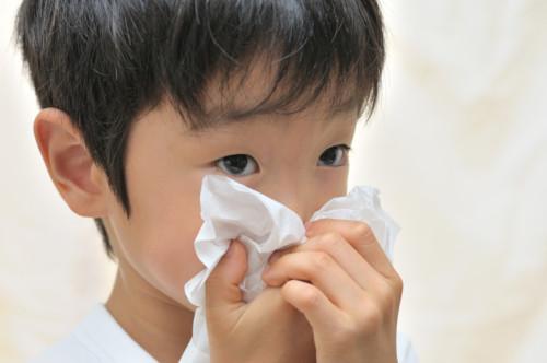 花粉症にかかっている子供