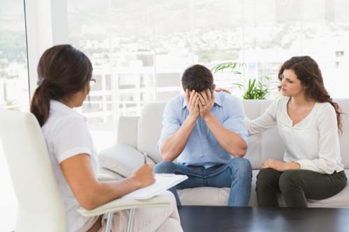 体外受精を検討する夫婦