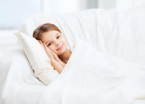 家で寝る子供