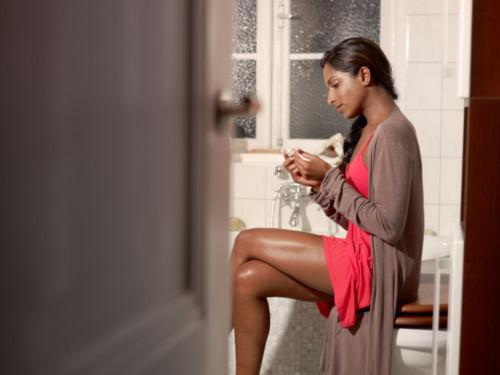 妊娠検査をする女性