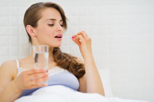 ピルを飲む女性