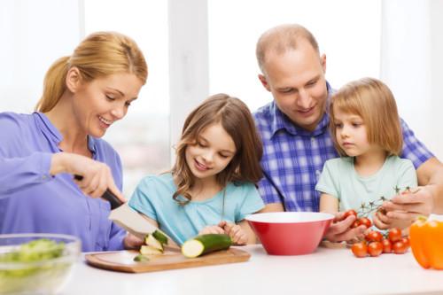 料理する家族