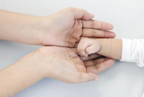 赤ちゃんとママの手