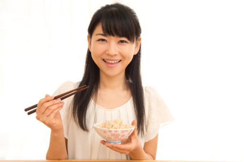 玄米を食べる女性