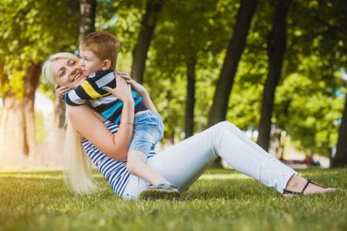 子供を抱きしめる