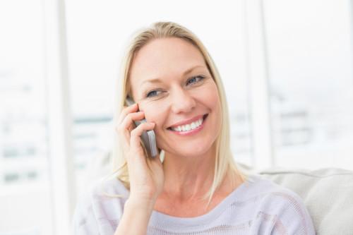 女性 電話 リビング