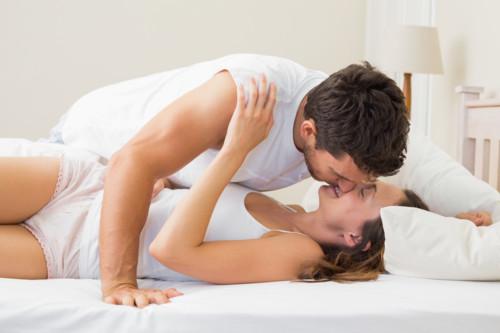 夫婦 ベッド キス