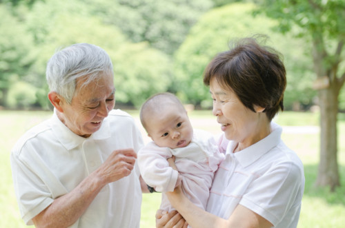 祖父母 赤ちゃん 日本人