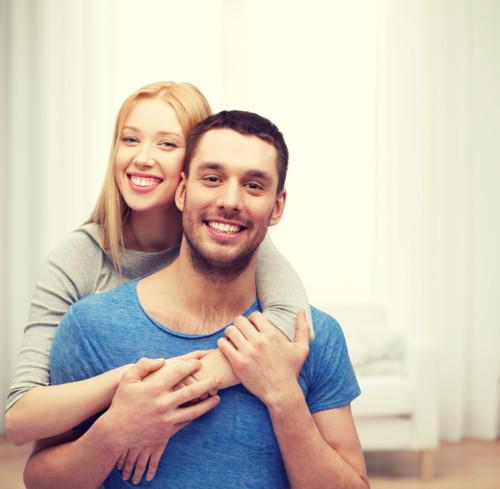 抱き合う 夫婦