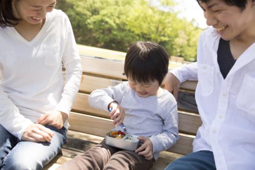 親子遠足を楽しむ家族