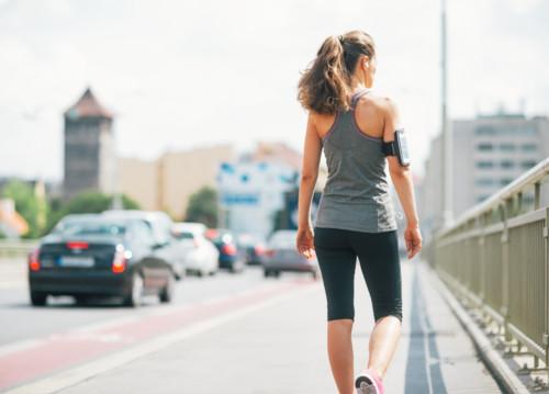 歩く 女性