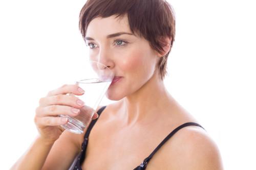 水分を取る女性