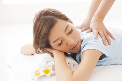 腰痛のマッサージを受ける女性