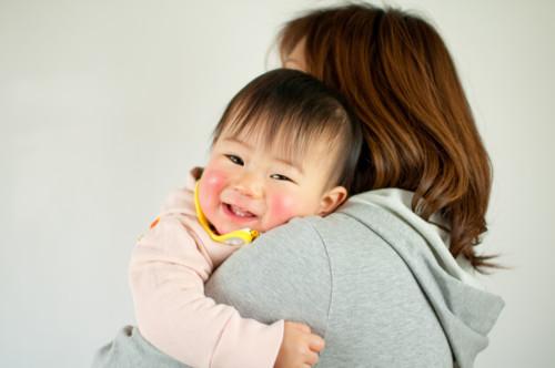 赤ちゃん 掴む 母親