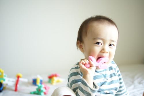 赤ちゃん おもちゃ 舐める