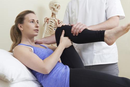 骨盤矯正する女性