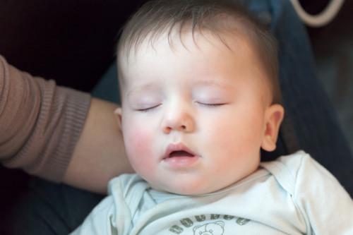 赤ちゃん 寝る  膝