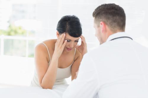 病院で相談する女性