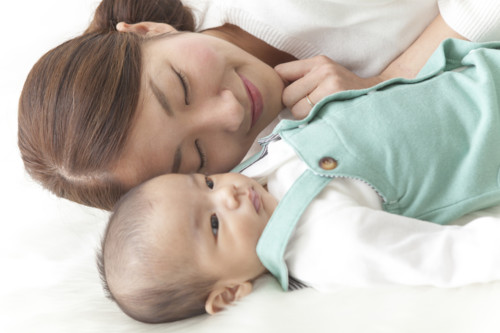 お昼寝中のママと赤ちゃん
