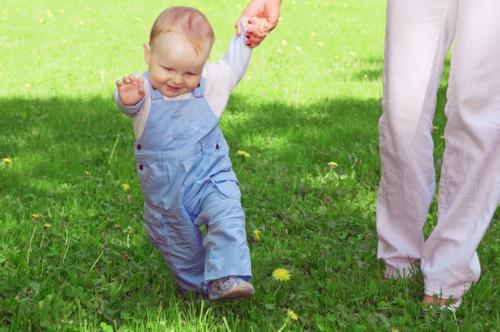散歩をする赤ちゃん