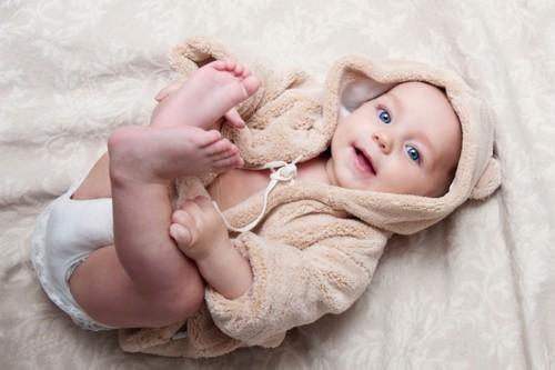 赤ちゃんの靴下はいつから ...