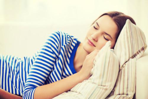 女性 眠る ソファ